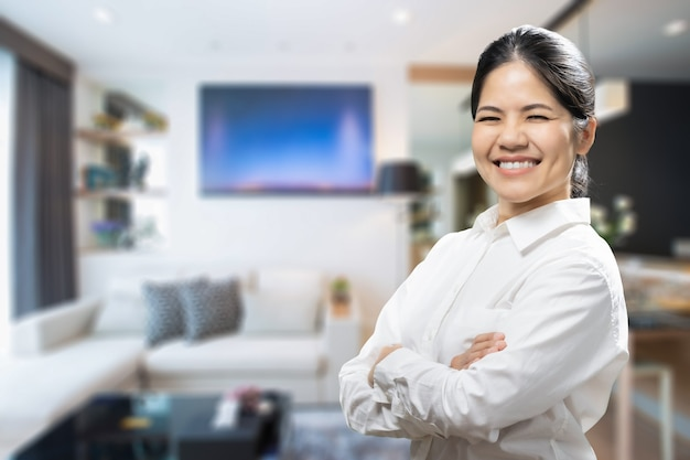 Aziatische vrouwelijke makelaar begroet met warm welkom