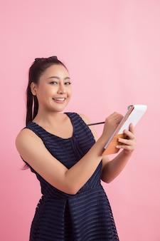 Aziatische vrouwelijke ondernemer controle volgorde van de klant