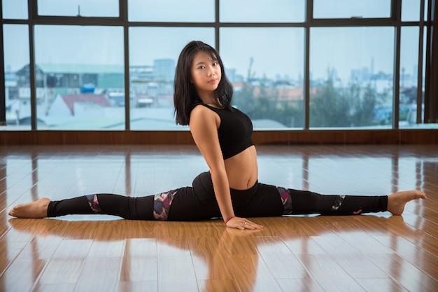 Aziatische vrouwelijke split uitvoeren
