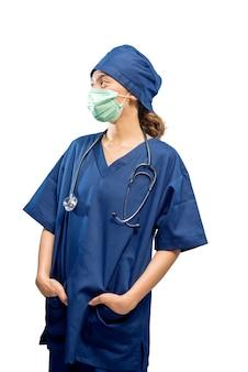 Aziatische vrouwelijke verpleegster met gezichtsmasker en stethoscoop geïsoleerd op witte achtergrond