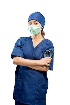 Aziatische vrouwelijke verpleegster met gezichtsmasker met stethoscoop geïsoleerd op witte achtergrond