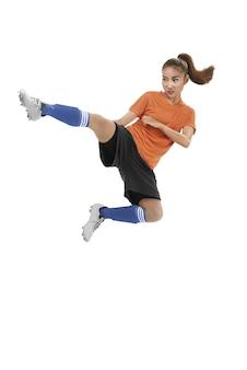 Aziatische vrouwelijke voetbalschop kickbal
