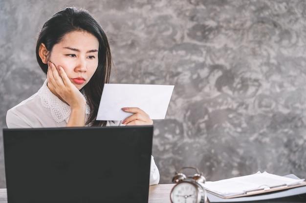 Aziatische vrouwelijke werknemer die van plan is te stoppen met een baan