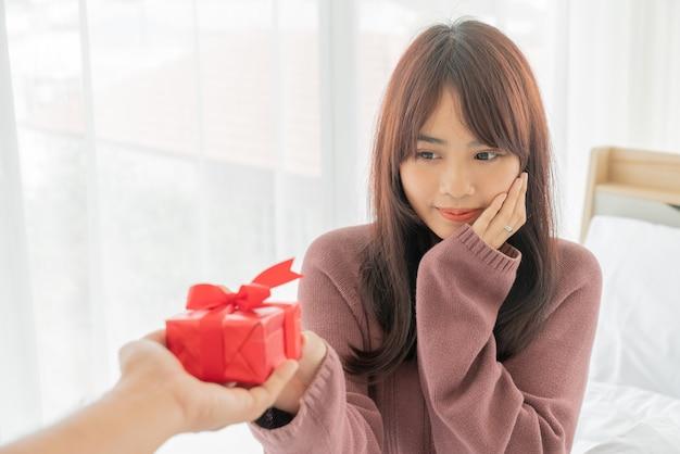 Aziatische vrouwen blij om een geschenkdoos te ontvangen