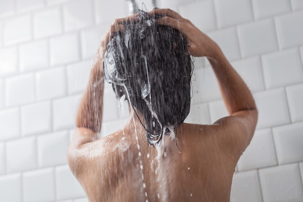 Aziatische vrouwen die baden en zij was aan het baden en was haar