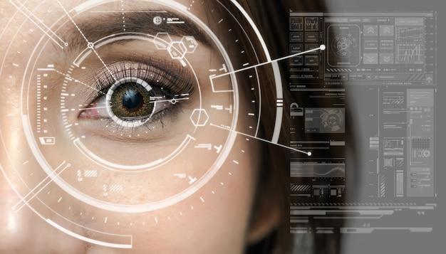 Aziatische vrouwen die een futuristisch scherm met digitale technologie zijn over de achtergrond van de oogvisie
