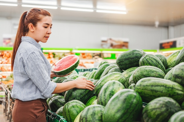 Aziatische vrouwen die gezond voedsel winkelen