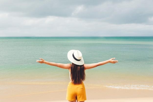 Aziatische vrouwen die in de zomervakantie ontspannen op strand