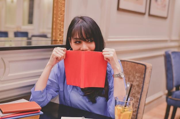 Aziatische vrouwen die in een restaurant werken