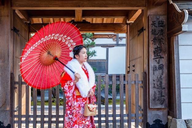 Aziatische vrouwen die japanse traditionele kimono dragen die mooi in kyoto bezoeken.