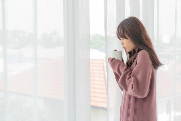 Aziatische vrouwen die koffie in de ochtend drinken