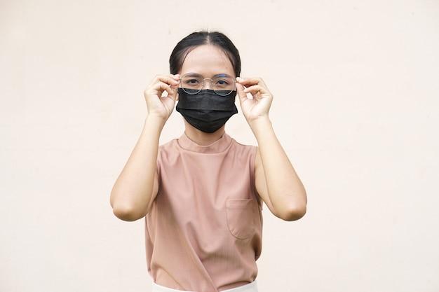 Aziatische vrouwen die maskers dragen om coronavirus covid 19 te voorkomen