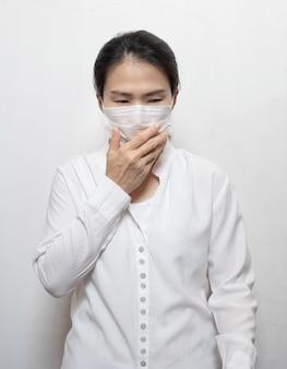 Aziatische vrouwen die maskers dragen om gezicht, neus en mond te bedekken
