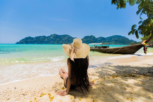 Aziatische vrouwen die op het strand in koh phi phi zitten. krabi, thailand