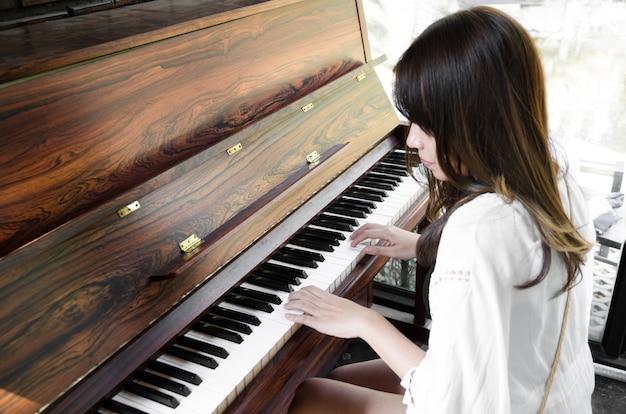 Aziatische vrouwen die piano spelen