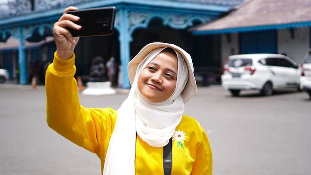 Aziatische vrouwen die reizen die selfies nemen bij de keraton solo