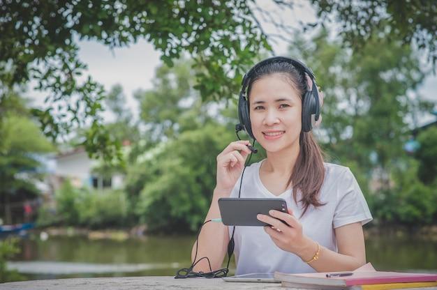 Aziatische vrouwen die thuis werken callcenterondersteuning