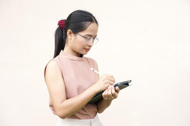 Aziatische vrouwen die zaken doen via app
