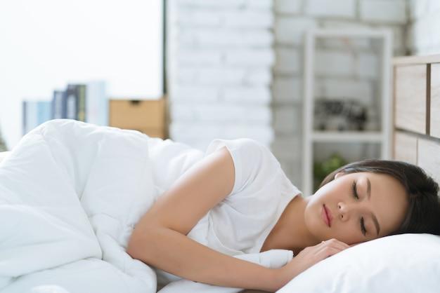 Aziatische vrouwen gelukkig slapen en dromen. ochtend