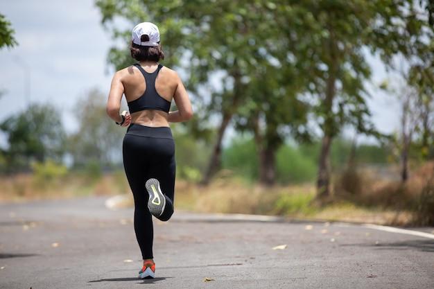 Aziatische vrouwen hardlopen en joggen tijdens buiten op park