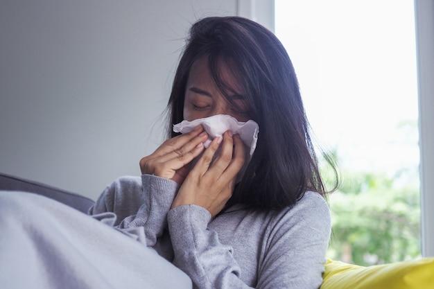 Aziatische vrouwen hebben hoge koorts en een loopneus. ziek