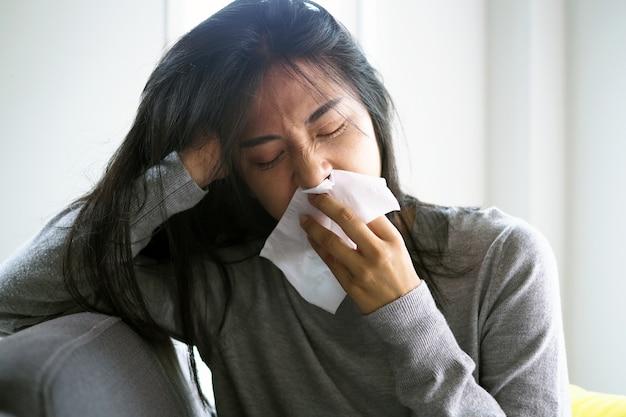 Aziatische vrouwen hebben hoge koorts en een loopneus. zieke mensen concept