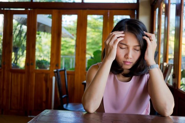Aziatische vrouwen hoofdpijn, meisje heeft hoofdpijn