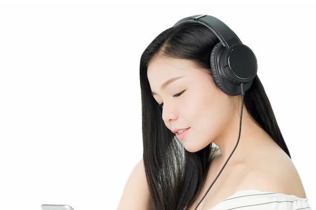 Aziatische vrouwen luisteren naar muziek van zwarte hoofdtelefoons.