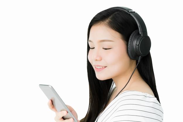 Aziatische vrouwen luisteren naar muziek van zwarte hoofdtelefoons