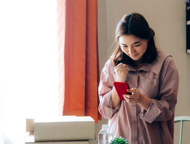 Aziatische vrouwen met haar freelance jobbusiness online verkoper.