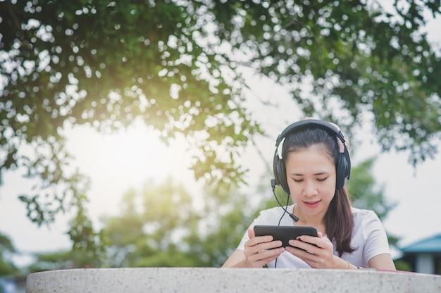 Aziatische vrouwen online e-learning op mobiel internet