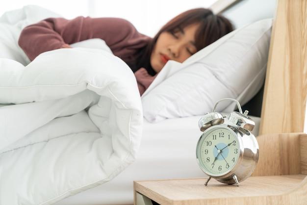 Aziatische vrouwen op bed en wakker in de ochtend