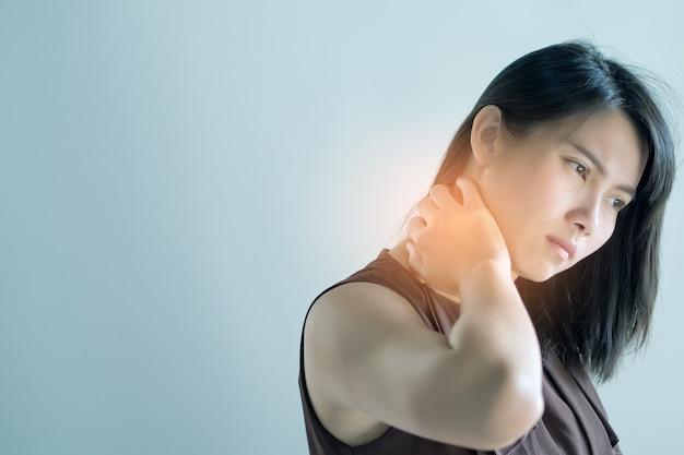 Aziatische vrouwen pijnlijke nek, meisje nekpijn op witte achtergrond