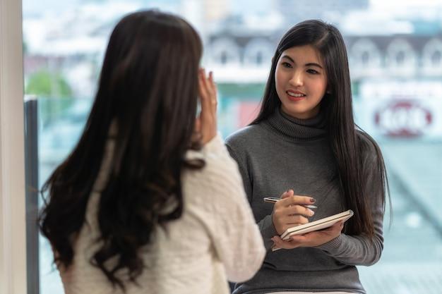 Aziatische vrouwen professionele psycholoog arts die het overleg geeft aan vrouwelijke patiënt