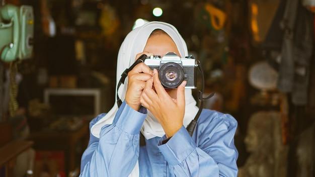 Aziatische vrouwen reizen en bezoeken antiekwinkels