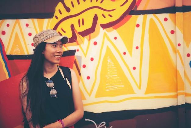 Aziatische vrouwen reizen in singapore