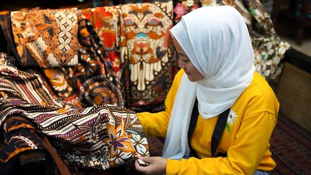 Aziatische vrouwen reizen om batik te zien