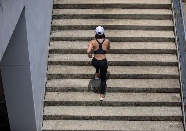 Aziatische vrouwen rennen en joggen tijdens buiten op stadslooppas