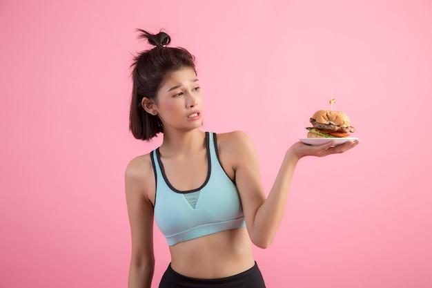 Aziatische vrouwen weigeren fastfood vanwege afvallen op roze