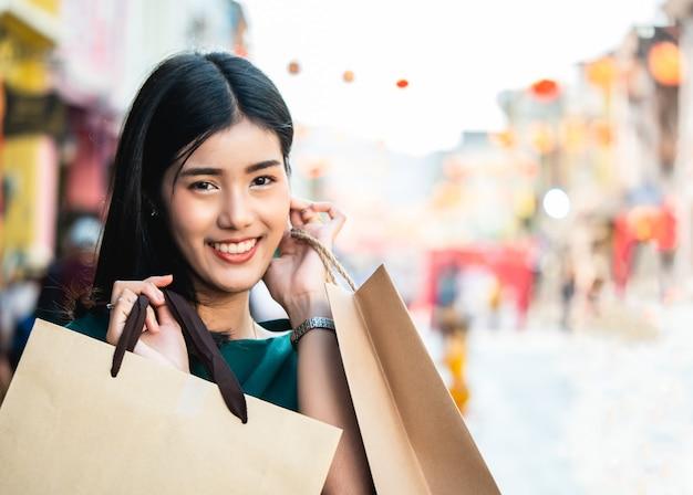 Aziatische vrouwen zijn verslaafd aan winkelen