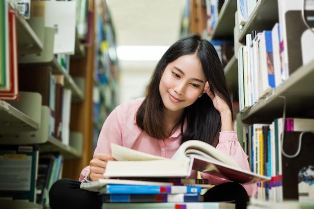 Aziatische vrouwen zittend in de bibliotheek a versuft