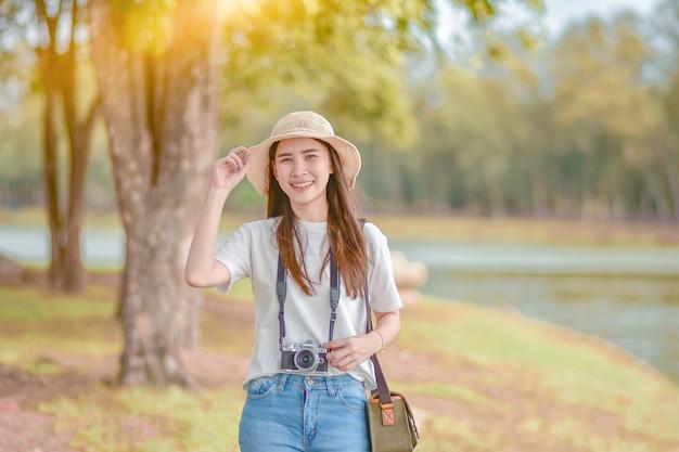 Aziatische vrouwencamera reis en neem fotoaard