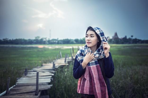 Aziatische vrouwenlandbouwer bij platteland van thailand