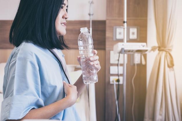 Aziatische vrouwenpatiënt met of symptomatische refluxzuren in het ziekenhuis, gastro-oesofageale refluxziekte, drinkwater