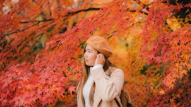 Aziatische vrouwenreis in de herfstseizoen van japan, reisconcept
