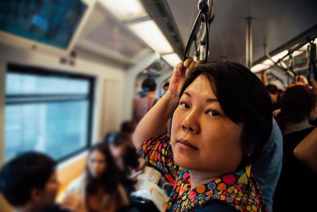 Aziatische vrouwenreis op skytraintrein in stad