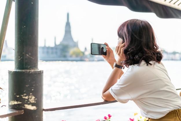 Aziatische vrouwenreiziger die een foto in koffie nemen