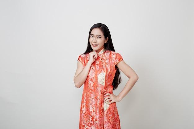 Aziatische vrouwenslijtage cheongsam in chinees nieuw jaar