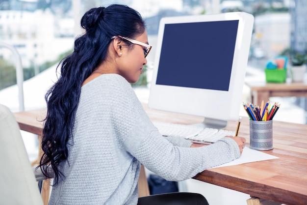 Aziatische vrouwentekening met potlood op wit blad in bureau