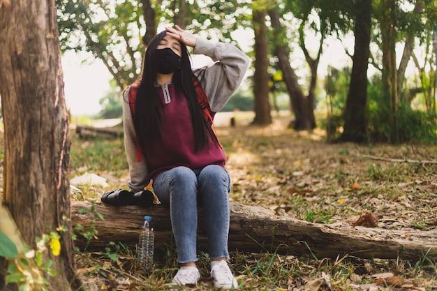 Aziatische vrouwentoerist die gezichtsmasker draagt. coronavirus griepvirus reisconcept